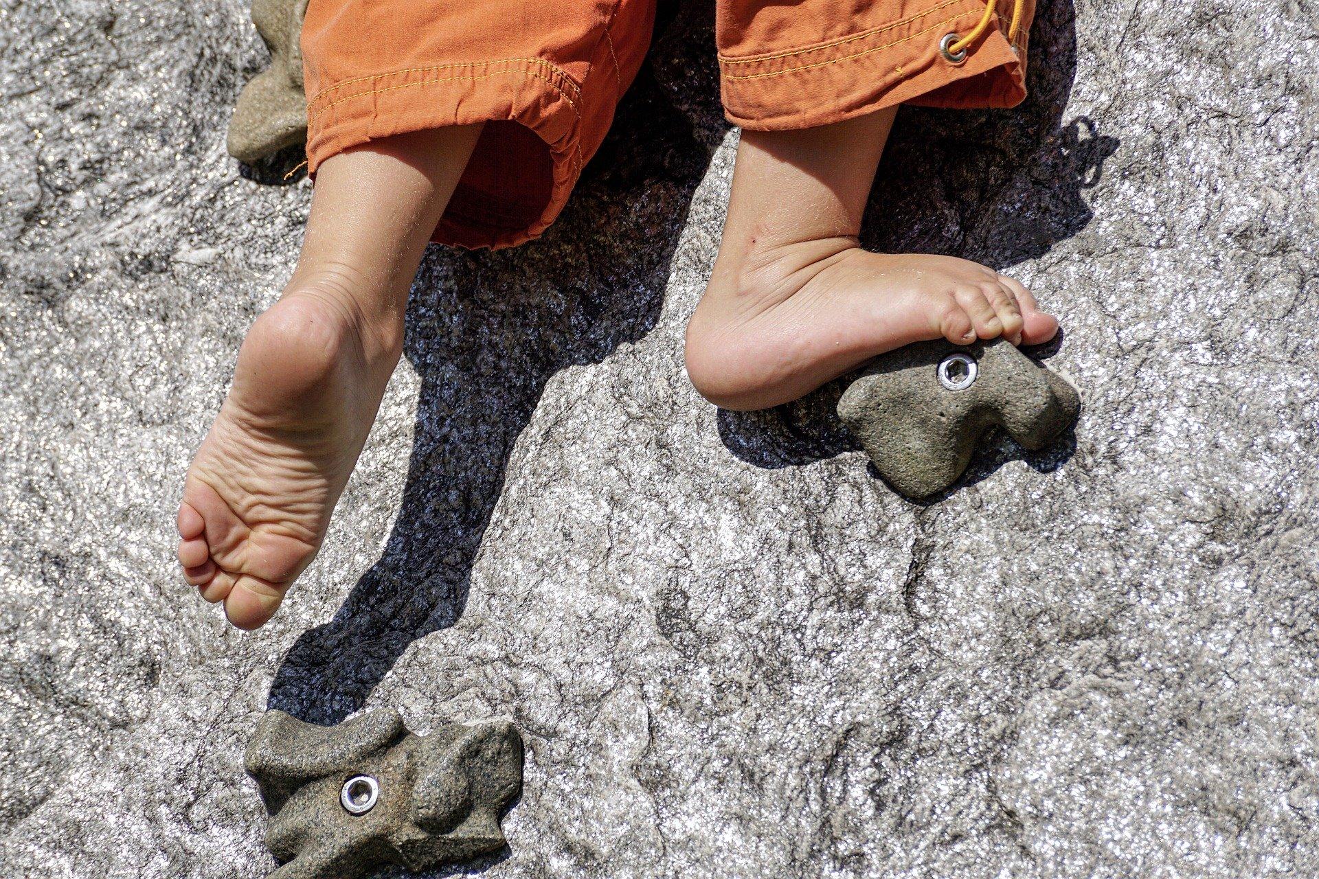 Kind klettert Barfuß - Entwicklungstherapie in Bad Pyrmont